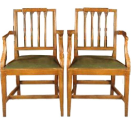 Antieke stoelen / Stel van 2 blonde notenhouten armstoelen / bureaustoelen ca. 1920 met groen leer.  (No.781099)