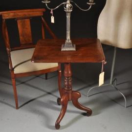 Antieke bijzettafels / Doorleefd Victoriaanse rechthoekige tilttoptable mahonie ca. 1875 gedraaide stam. (No-310718)