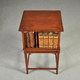 Antieke bijzettafels /  KLeine  vierkante boekenmolen ca. 1900 op hoog open onderste  (No.320857)