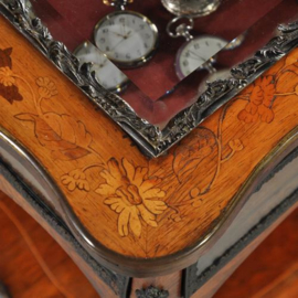 Antieke bijzettafels / kapitaal Juwelentafeltje ca. 1930 rijk van brons en inlegwerk voorzien. (No. 440318)