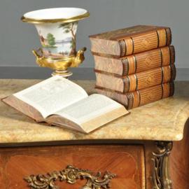 Antieke kasten / Gebombeerde notenhouten commode ca. 1920 met rijk brons beslag en marmer blad.(No.430616)