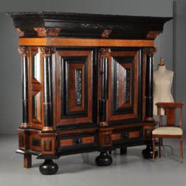 Antieke kasten / Reusachtige Hollandse kolommenkast met vijfkolommen in noten met ebbenhout ca. 1700  (No.490148)