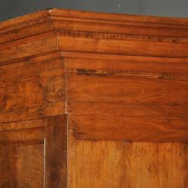 Antieke kasten / Strakke Pastoorskast ca. 1700 in notenhout op platte bolpoten (No. 401744)