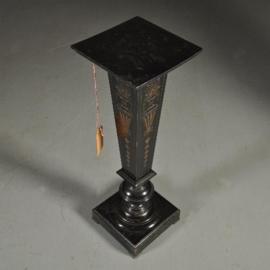 Antieke bijzettafels / Hoge zwart gepolitoerde zuil ca. 1880 (No.390651)