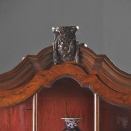Antieke kasten /  Kleine eenvoudige rococo porseleinkast ca. 1750 wortelnoten (No. 302042)