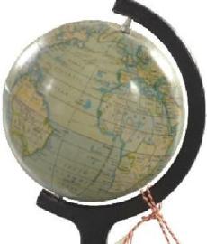 Antieke globes / Klein wereldbolletje blik in een in zwart gelakt metalen montuur jaren '20  (No.123072)