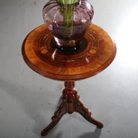 Antieke bijzettafels / wijntafels / Ronde bijzettafel  met rijk ingelegd blad met bloemen (No.591567)