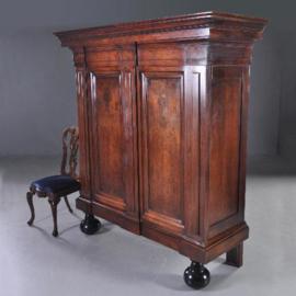 Antieke kasten /  17e eeuwse Pastoorskast in notenhout met geheime lade. (No.221837)