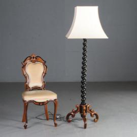 Antiek varia / Hollandse vloerlamp in noten met zwart gepolitoerde details ca. 1870 met strakke kap (No.580253)