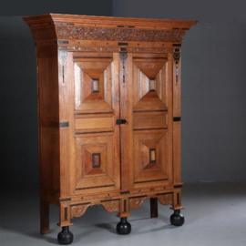 Antieke kasten / Gelderse kussenkast 17e / 18e eeuw met ebbenhouten gespen en druipers (No.602120)