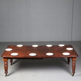 Antieke tafels / Victoriaanse notenhouten wind out table met 2 bladen 2,38 m. (No.630941)