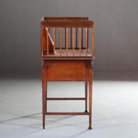 Antieke bureaus /  Engels schrijftafeltje arts and crafts in mahonie ca. 1900 met doorleefd bruin leer (No.591041)
