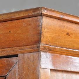 Antieke kasten / Meidenkast uit de tijd van de Drentse pastoorskasten ca. 1700 eikenhout (No.412621)
