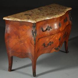 Antieke kasten / Gebombeerde notenhouten commode ca. 1920 met rijkelijk brons beslag (No.402558)