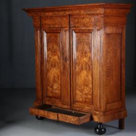 Antieke kasten / Uitzonderlijk fraaie Pastoorskast wortelnoten 17e eeuw (No.622425)