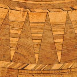 Antieke bijzettafels / Ronde salontafel ca. 1860 met een zeer uitbundig ingelegd blad  (No-340223)