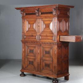 Antieke kasten / Wonderlijke 17e eeuwse vierdeurskast met laden aan de zijkant.(No.592151)