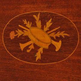 Antiek varia / Ovaal mahonie dienblad ingelegd met muziek-symboliek ,  bronzen handgrepen (No.402563)