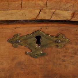 Antieke bijzettafels /  Hollands orgelgebogen 18e eeuws wandtafeltje in noten met wortelnoten  (No.310725)
