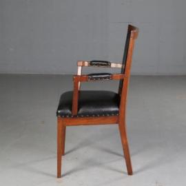 Antieke stoelen / Hollandse essenhouten bureaustoel met zwart leer ca. 1790 met beklede armleggers (TN.551602)