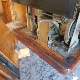Antiek varia / industrieel erfgoed grote Prikklok  in houten kast (No.380957)