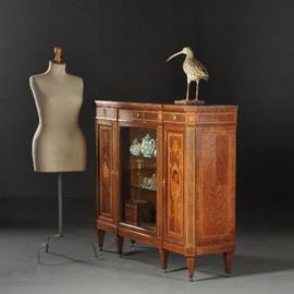 """Antieke kasten / Rijk ingelegde Hollandse vitrine in notenhouten """"Credenza"""" gesigneerd Mutters (No.470743)"""