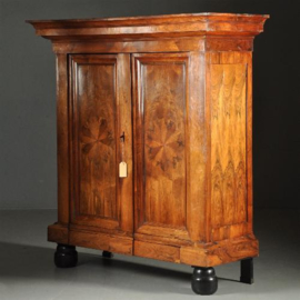 Antieke kasten / Bijzonder fraaie palissander pastoorskast ca. 1700 met frontaal bloemmotief (No. 371741)