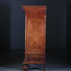 Antieke kasten / Drentse pastoorskast ca. 1700 in bijzonder fraaie doorleefde kleur en met 2 laden in de voet (No.561257)