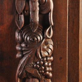 Antieke kasten / Imposante Drentse pastoorskast met ranken in eiken met noten ca. 1675 (No.653381)