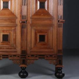 Antieke kasten / 17e eeuwse Gelderse kussenkast met geheim sleutelkluisje  (No.602119)