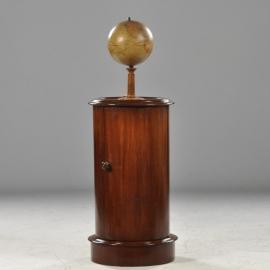 Antiek  bijzettafels / Engels cilindrisch mahonie nachtkastje 1850 met marmer in houten rand (no602043)