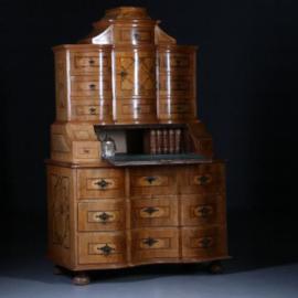 Antieke kasten / 18e eeuwse  tabernakelkast barok orgel gebogen in noten met wortelnoten en o.a. ebbenhout (No.571512)