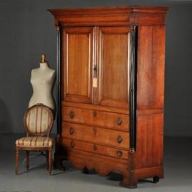 Antieke kasten / Doorleefd Hollands kabinet met uitzonderlijke doorlopende zuilen  ca. 1815 (No.450221)