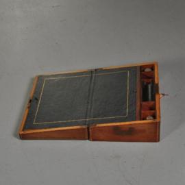 Antiek varia / Reisbureautje / Schrijfkist mahonie met 2 geheime vakjes en inktpotjes (No.984201)