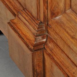 Antieke kasten / Notenhouten  2-deurskast ca. 1710 in een bijzonder fraaie lichte kleur. (No.361122)