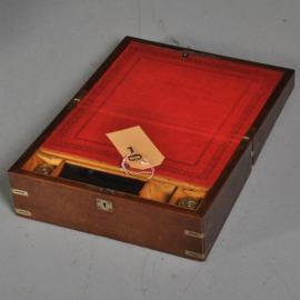 Antiek varia / Reisbureautje / Schrijfkist in wortelnoten met rood leer en twee inktpotjes (No.391611)