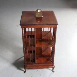 Antieke bijzettafels / Engelse mahonie boekenmolenmet gedraaide spijltjes ca. 1890 op een vierkant vast onderstel (No.582943)