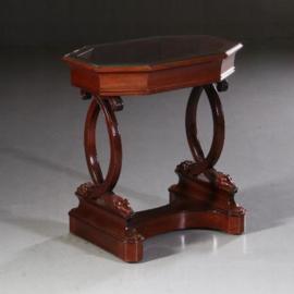 Antieke bijzettafels / Hollands mahonie jardinière a la tafelvitrine ca. 1810 met glazen deksel (No.622427)