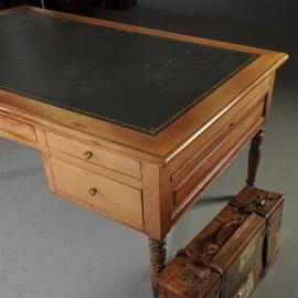 Antieke bureaus / Kersenhouten schrijftafel ingelegd met goud gestempeld leer 20e eeuw (No.460248)