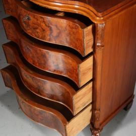 Antieke kasten / Orgelgebogen commode met een zeer uitbundig wortelnoten front ca. 1875 (No.602215)