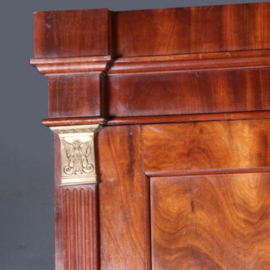 Antieke kasten / Strakke Hollandse mahonie tweedeurskast ca. 1800 met bronzen accenten (No.602125)