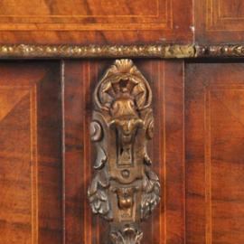 Antieke kasten / Victoriaanse credenza ca. 1875 in notenhout met kwart ronde vitrines (No.390657C)