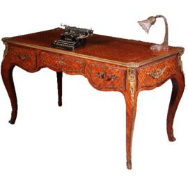 Antieke bureaus / Franse Louis Quinze stijl marquetterie schrijftafel met brons beslag ca. 1920 (No.541748)