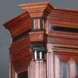 Antieke kasten / Utrechtse kast 17e eeuw eiken met ebben op sloffen No.610255)