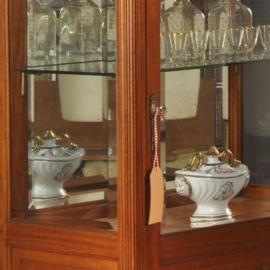 Antieke kasten / Notenhouten vitrinekastje ca. 1890 met spiegelwand en gestoken guirlande  (No.472842)