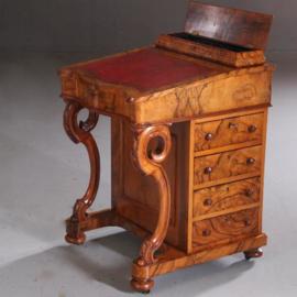 Antieke bureaus / Davenport in blond wildlnoten met rood leer ca. 1870 Engeland (No.622421)