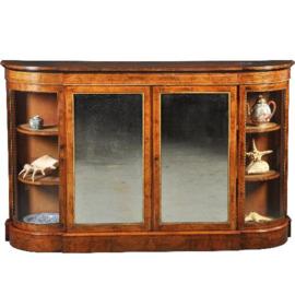 Antieke kasten /  sublieme wortelnoten 4-deurs credenza ca. 1850 met kwart ronde vitrines (No.432240)