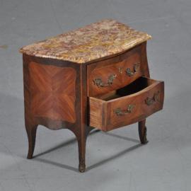 Antiek Varia / Tafelkastje / miniatuur commode of meesterstukje ca. 1910 in noten met marmer (No.411567)