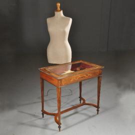 """Antieke bijzettafels / Tafelvitrine ca. 1875 in rijk ingelegd satijnhout met brons """"Edwards & Roberts"""" (No.432236)"""