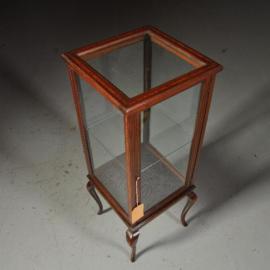 Antieke bijzettafels / Engels vierkant vitrinekastje ca. 1890 ingelegd met  biesjes (No. 440319)